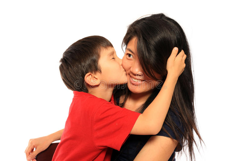 6 anni che baciano mamma immagine stock