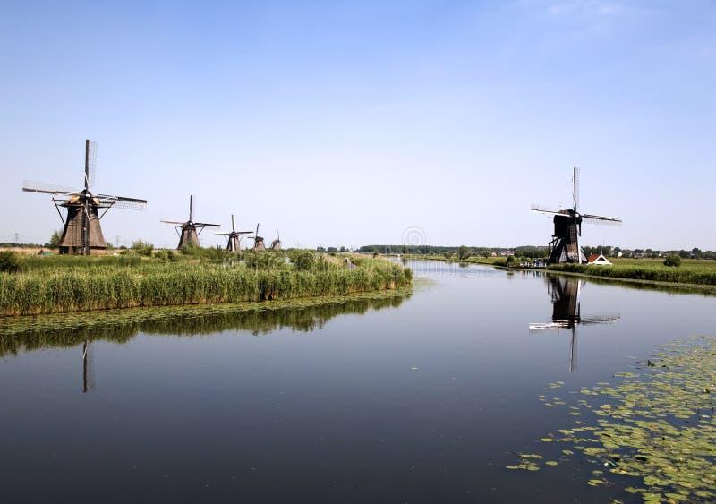 6 holländska kinderdijkwindmills fotografering för bildbyråer