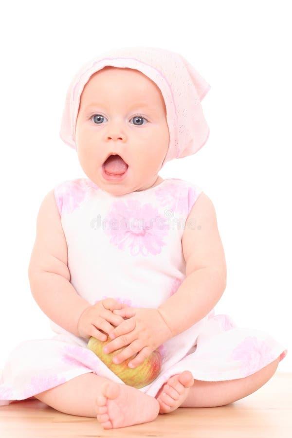 6 maanden baby en appel stock afbeelding