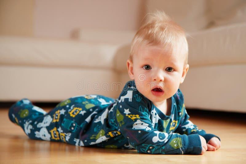 6 mobth oude baby die op vloer thuis kruipt stock foto