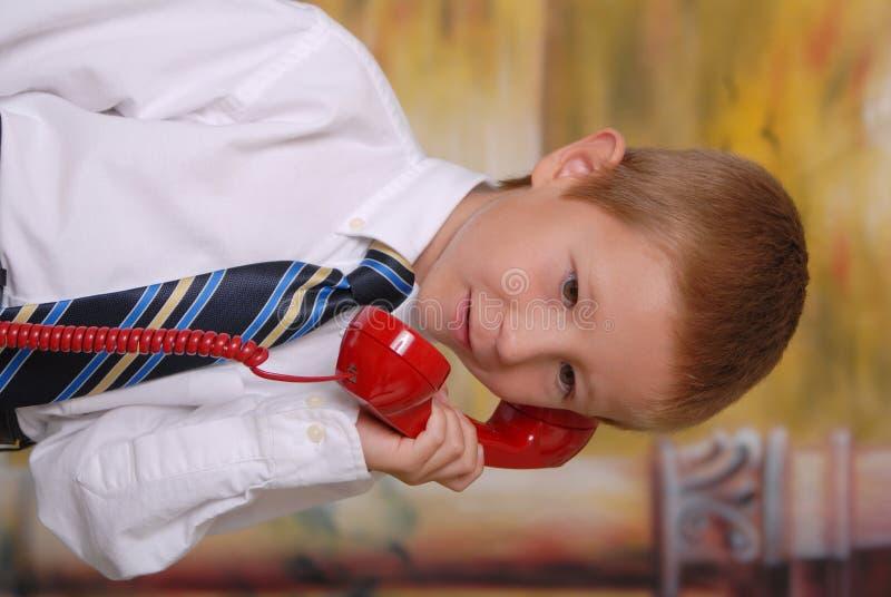 7 τηλεφωνικές νεολαίες αγοριών στοκ φωτογραφία