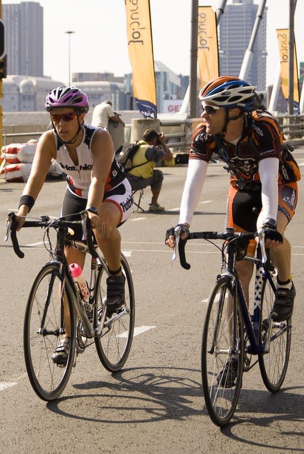 7 94 uppfordran cirkuleringscyklistpar royaltyfri bild