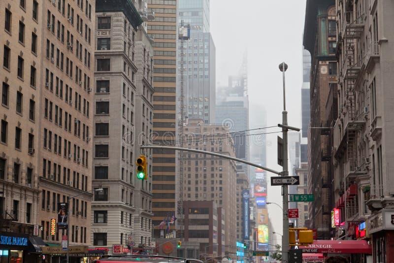 7. Allee unter dem Nebel New York City stockfoto