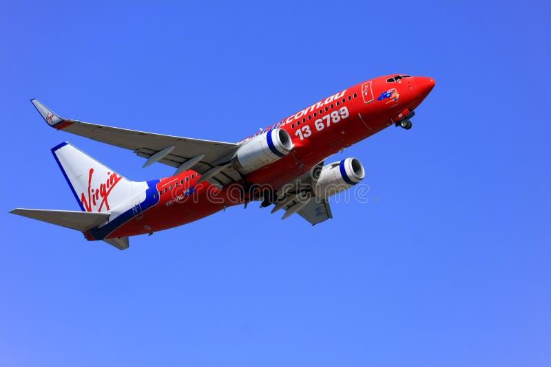 737 błękit Boeing z zabranie dziewicy fotografia stock
