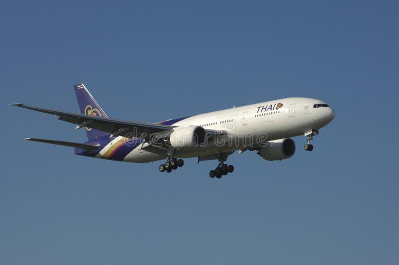 777 авиалиний причаливают посадке тайской стоковая фотография
