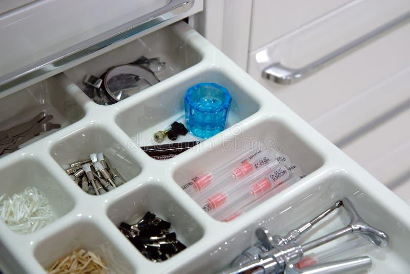 8 инструментов ящика дантиста стоковая фотография