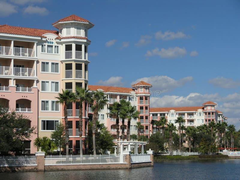 8 budynków jezioro kurortu wakacje fotografia stock