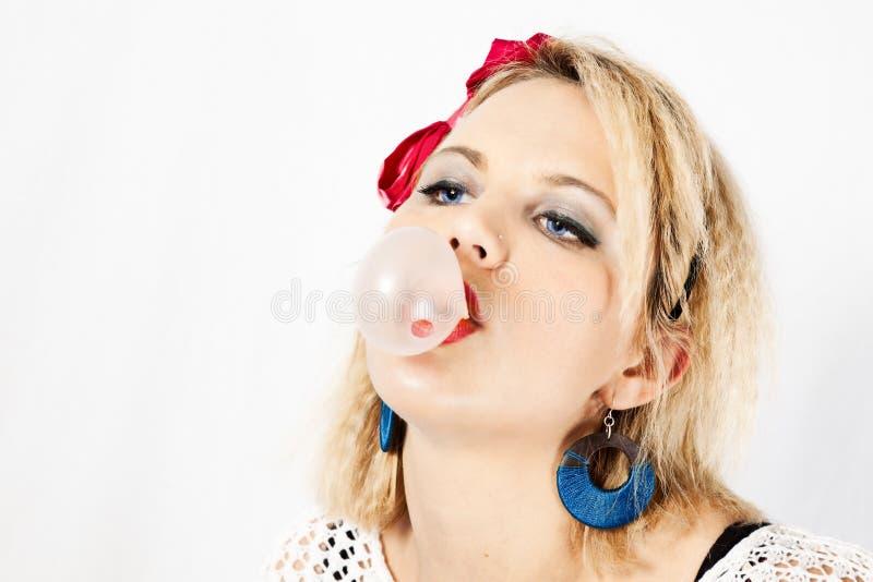 80s女孩吹的泡泡糖 免版税库存照片
