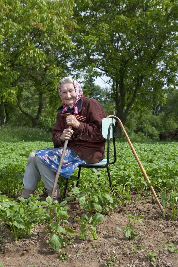 82域老妇人运作的年 库存照片