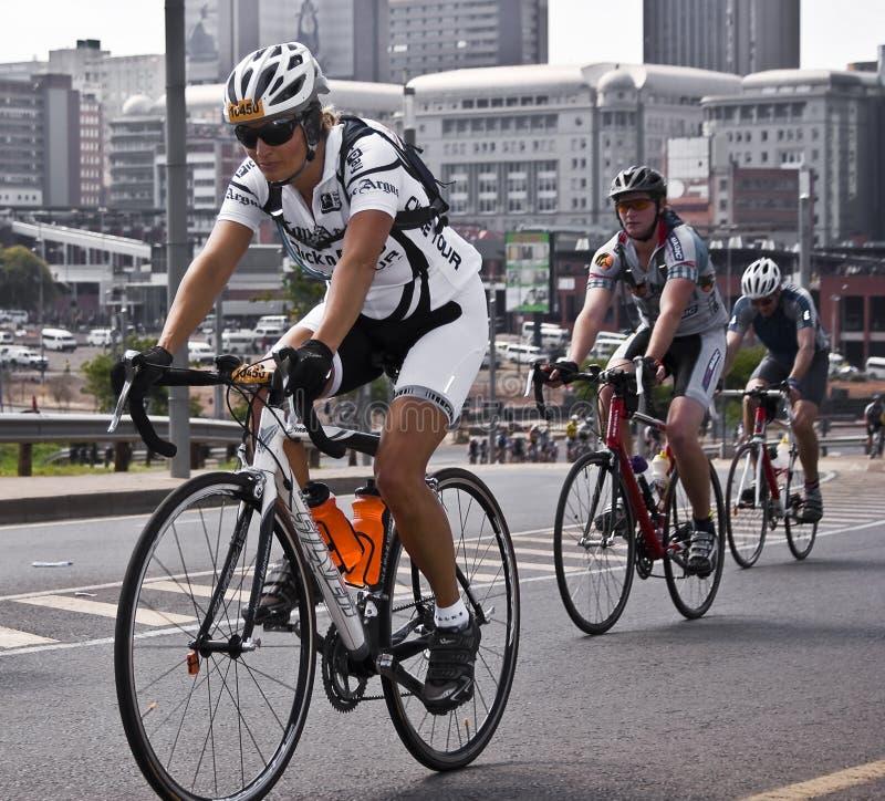 94.7 cavaleiros do desafio do ciclo na ponte de Mandela imagem de stock