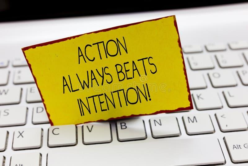 A ação da escrita do texto da escrita bate sempre a intenção O significado do conceito materializado fá-lo acontecer ato nele foto de stock
