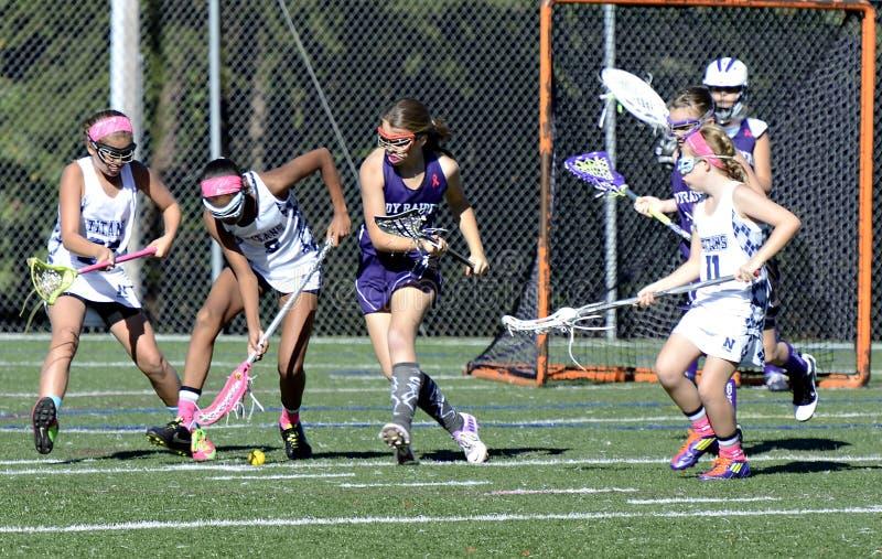 Ação da lacrosse das moças no objetivo foto de stock