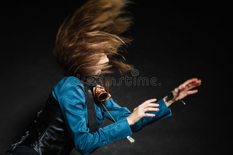 A ação disparou de uma mulher atrativa que balança seu cabelo imagens de stock