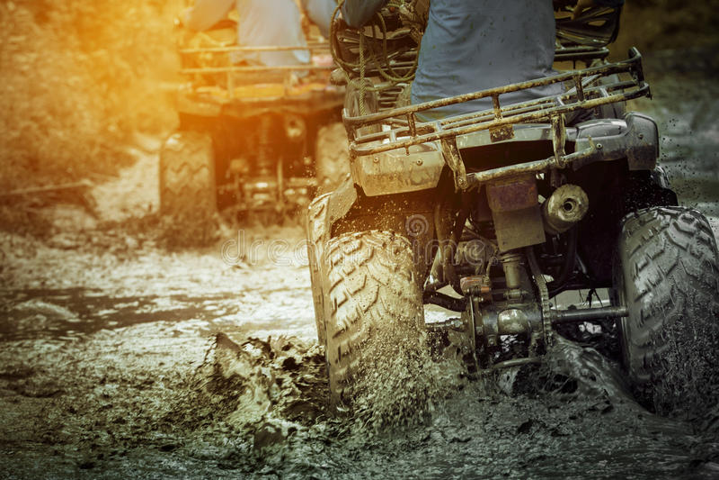 A ação disparou do veículo do atv do esporte que corre na trilha da lama imagem de stock