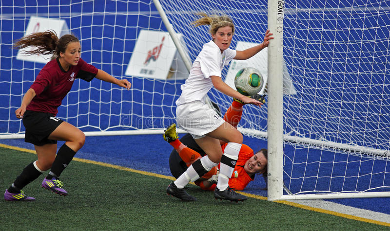 Ação do depositário da bola das mulheres do futebol dos jogos de Canadá foto de stock royalty free