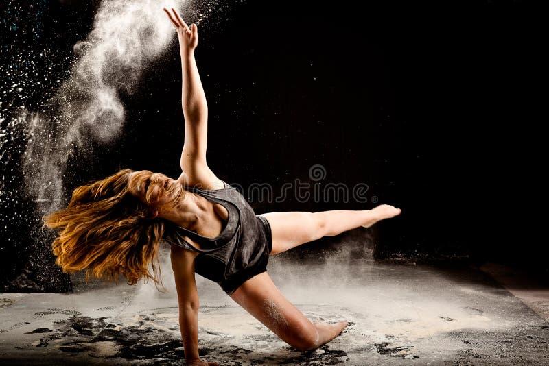 Ação do explosivo do dançarino do pó fotografia de stock royalty free