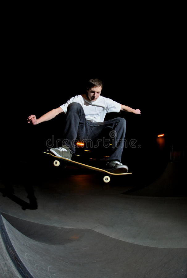 Ação do skate na noite imagens de stock royalty free