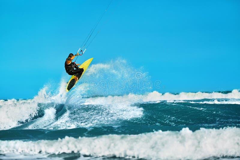 Ação recreacional dos esportes de água Esporte do extremo de Kiteboarding SU foto de stock royalty free