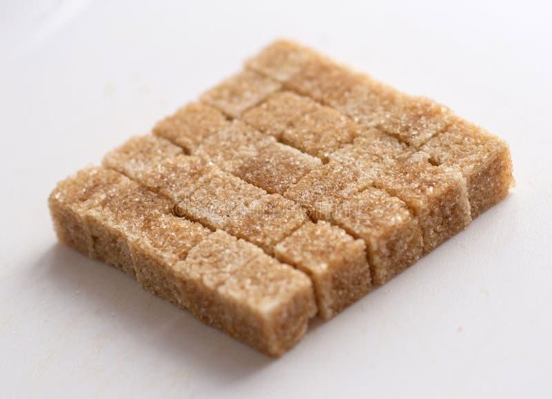 Açúcar de bastão de Brown, cubos do açúcar refinado imagem de stock royalty free