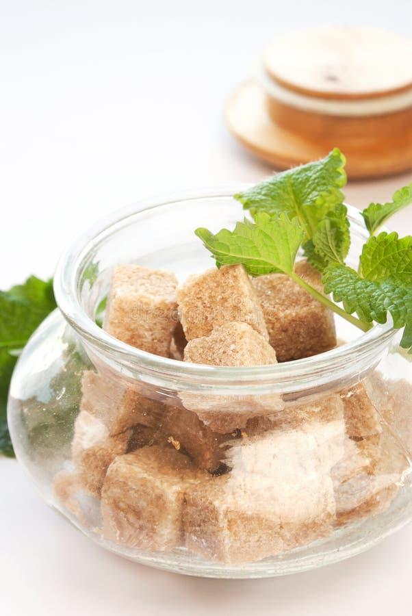 Açúcar de Brown na bacia de vidro fotografia de stock royalty free