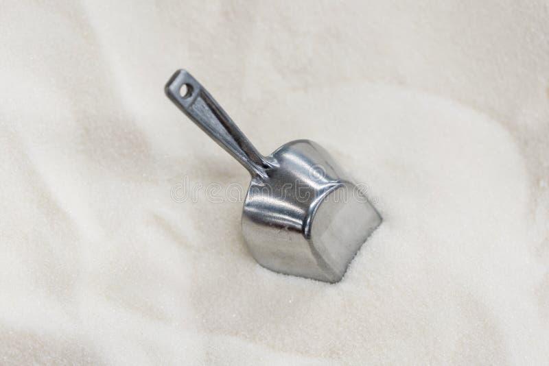 Açúcar granulado do branco shovel textura abstrata dos cristais para um fundo dos minerais da cor branca fotografia de stock