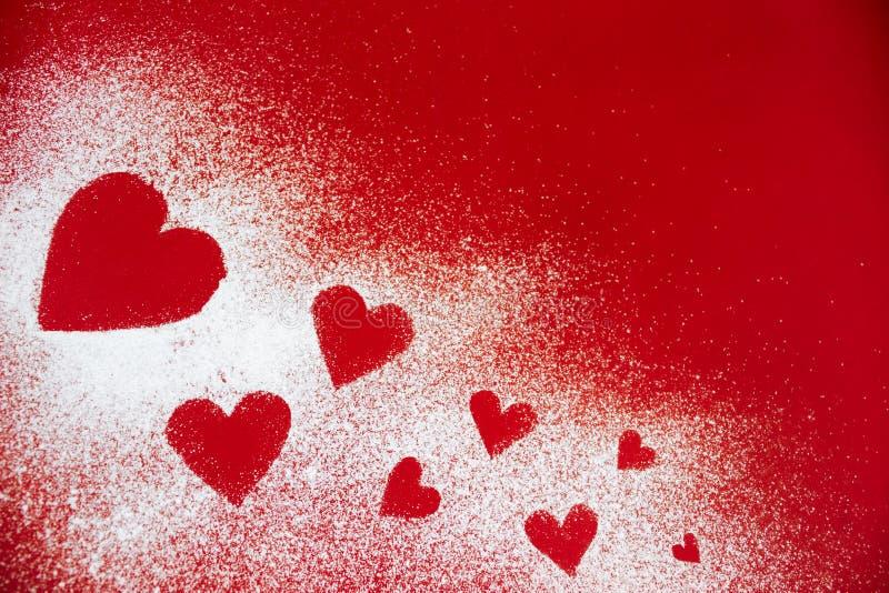 Açúcar pulverizado dispersado sob a forma do coração imagem de stock royalty free