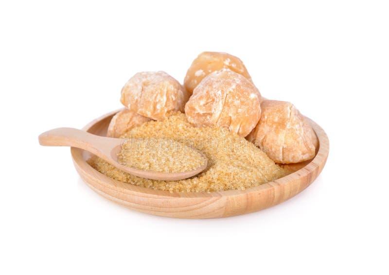 Açúcar Unbleached e açúcar da palma na placa de madeira no backgro branco imagem de stock royalty free