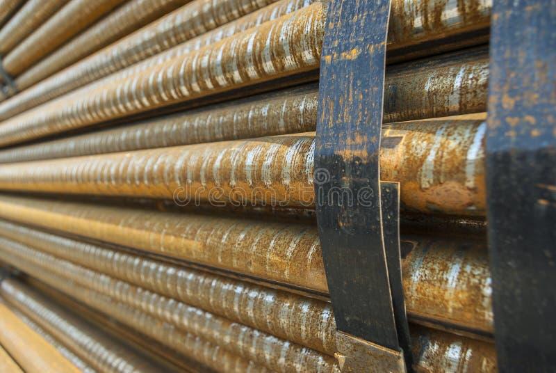 Aço, algumas barras de aço redondas no rolamento de aço exterior, metal empacotado com fita de aço, foco seletivo fotos de stock royalty free