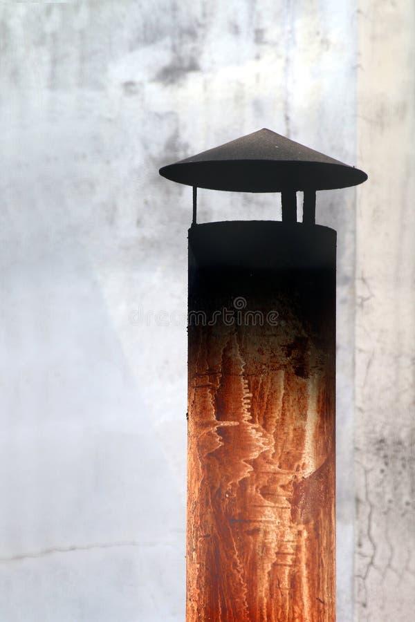 Aço da chaminé no telhado ou na casa industrial, chaminé pequena com poluição do fumo, chaminé do conduto da chaminé, conduto, ch imagem de stock royalty free