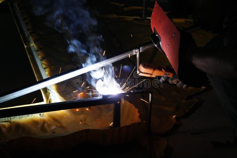 Aço da soldadura na noite imagens de stock royalty free