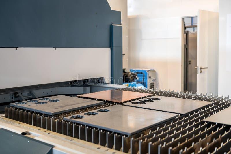 Aço do corte de máquina em uma fábrica foto de stock