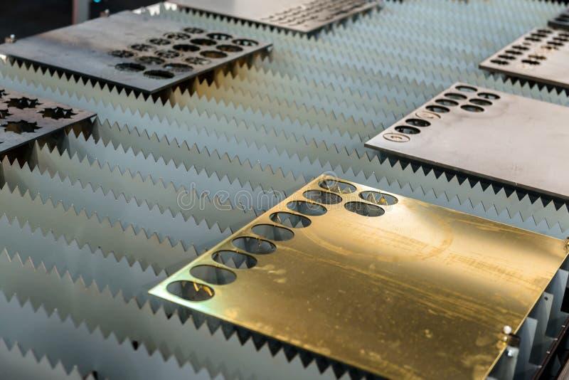 Aço do corte de máquina em uma fábrica fotografia de stock