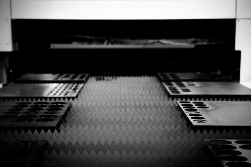 Aço do corte de máquina em uma fábrica fotos de stock