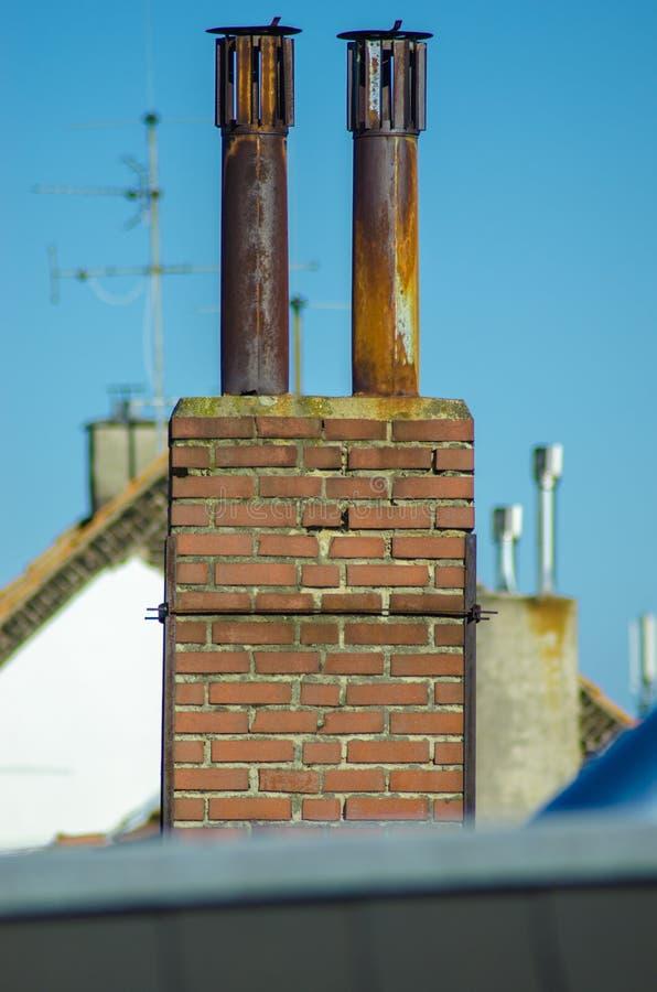 Aço e chaminé do tijolo com céu do steeblue imagens de stock royalty free