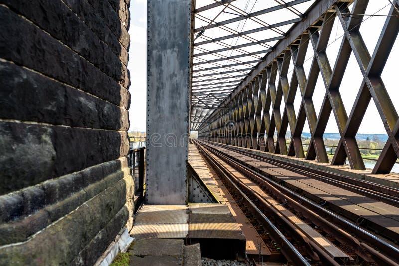 Aço, estrutura de estrutura da ponte de estrada de ferro sobre o rio, vista ao longo das trilhas foto de stock