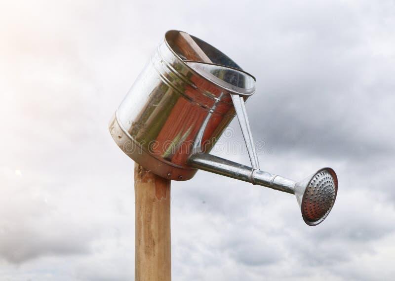 Aço inoxidável pode regar pode ao ar livre ao fundo do céu de verão foto de stock