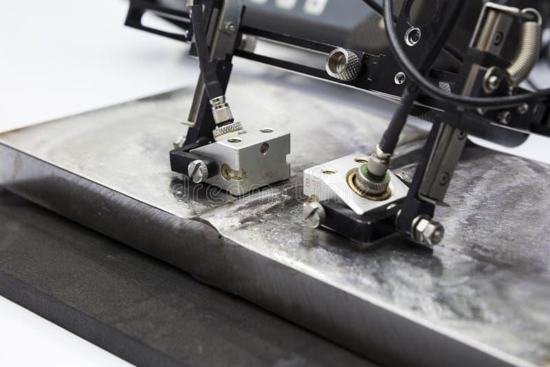 aço ultrassônico da soldadura dos testes da ponta de prova imagens de stock royalty free