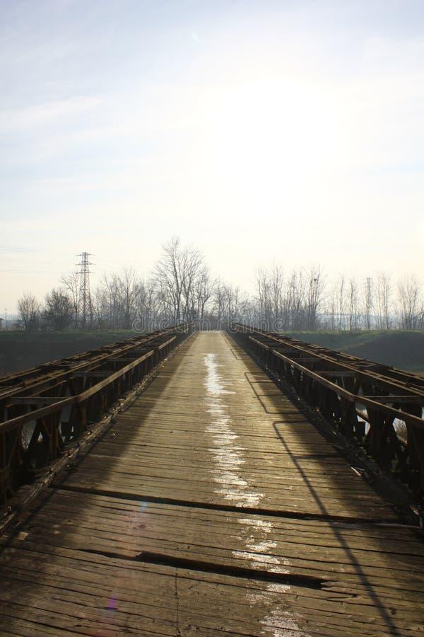 Aço velho e ponte de madeira no meio do campo foto de stock royalty free