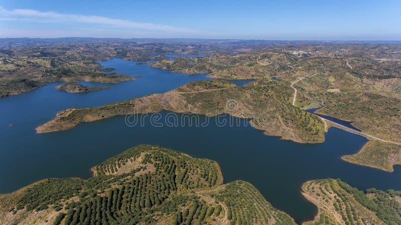 aéreo Barragem de Odeleite Voando um zangão sobre o lago foto de stock royalty free