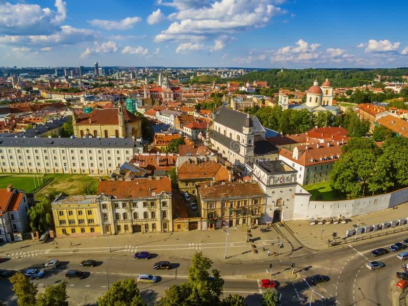 aéreo Cidade velha em Vilnius, Lituânia: a porta do alvorecer foto de stock