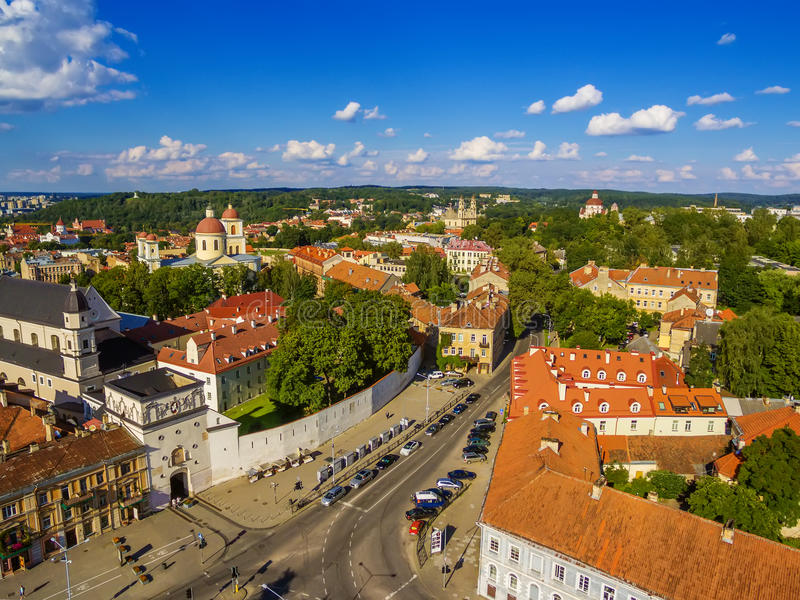 aéreo Cidade velha em Vilnius, Lituânia: a porta do alvorecer fotografia de stock royalty free