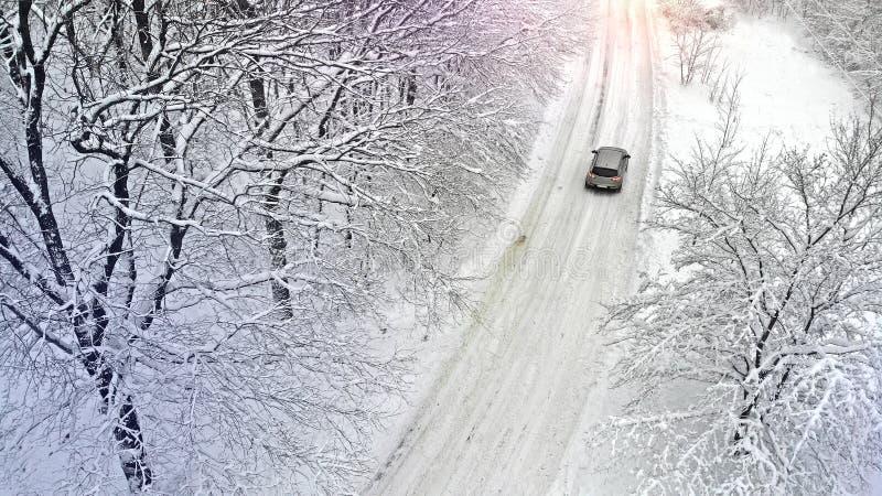 aéreo Coche en una carretera nacional nevosa rural fotografía de archivo