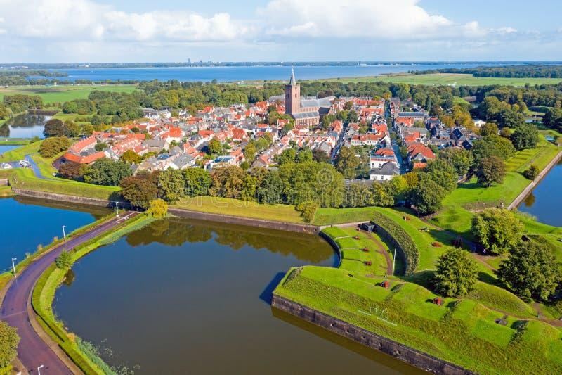 Aéreo desde la histórica ciudad de Naarden en los Países Bajos fotos de archivo
