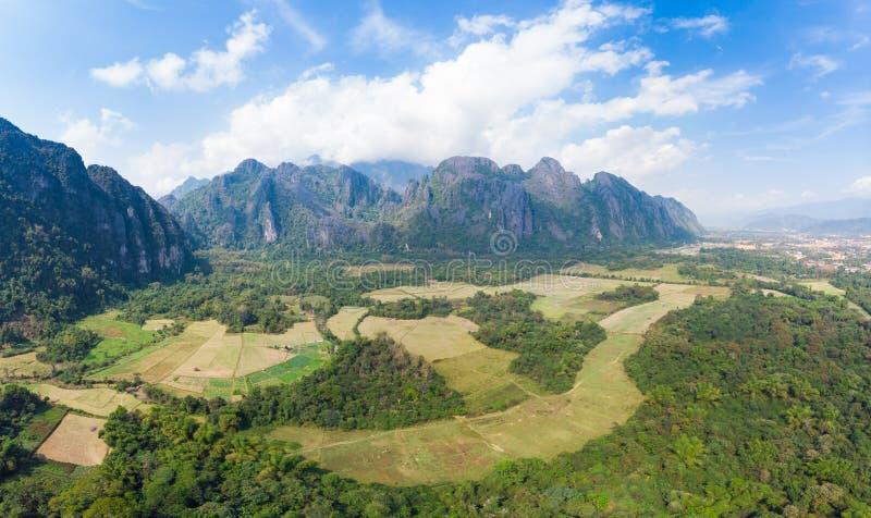 Aéreo: Destino del viaje del backpacker de Vang Vieng en Laos, Asia Cielo dramático sobre los acantilados y los pináculos escénic imagen de archivo