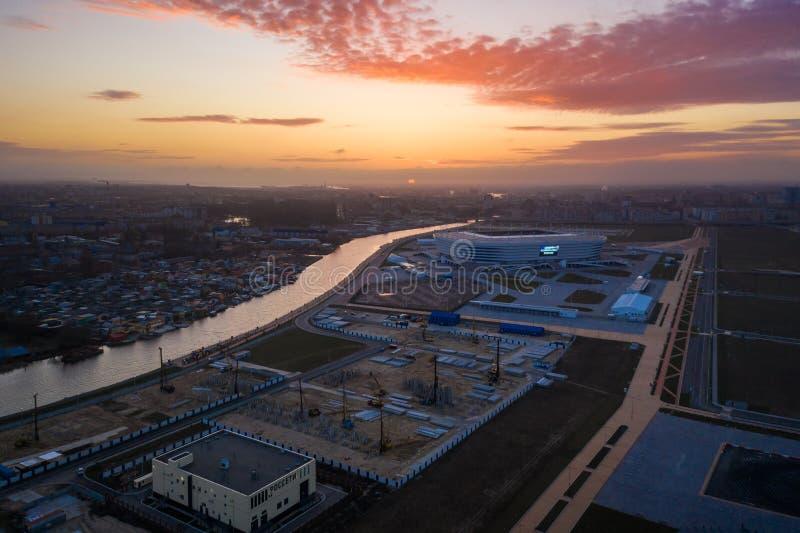 Aéreo: El estadio de Kaliningrado en puesta del sol imágenes de archivo libres de regalías