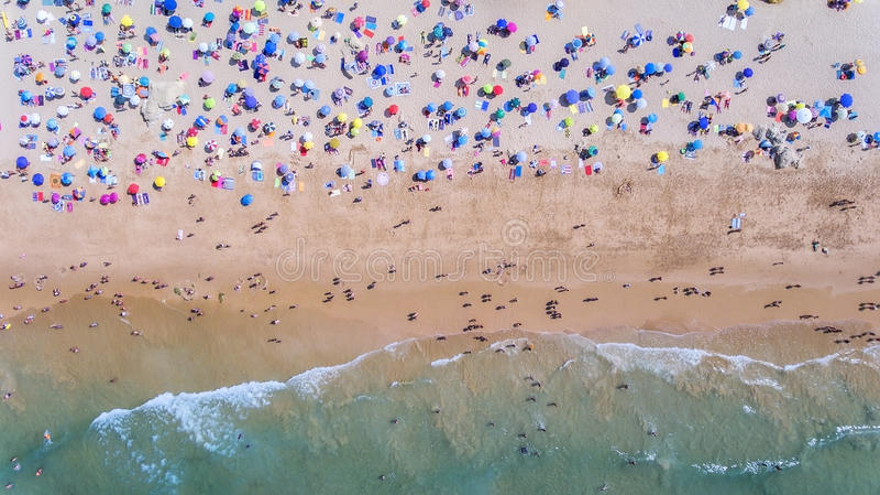 aéreo Foto conceptual de la playa y de los turistas Del cielo fotografía de archivo libre de regalías