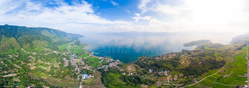 Aéreo: lago Toba y opinión de la isla de Samosir desde arriba de Sumatra Indonesia Caldera volcánica enorme cubierta por el ag imágenes de archivo libres de regalías