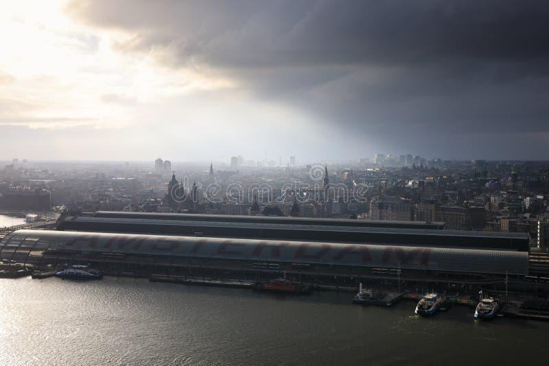 Aéreo: Nubes tempestuosas sobre la ciudad de Amsterdam fotos de archivo