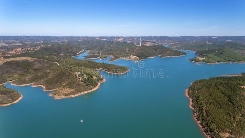 aéreo Presa maestra de Odiaxere para almacenar el agua en el sur de Portugal imagenes de archivo