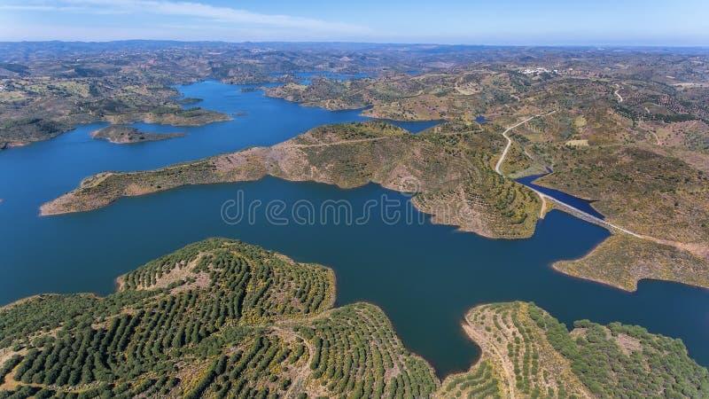 aéreo Videografía del abejón, presa Odeleite del depósito portugal imagen de archivo libre de regalías
